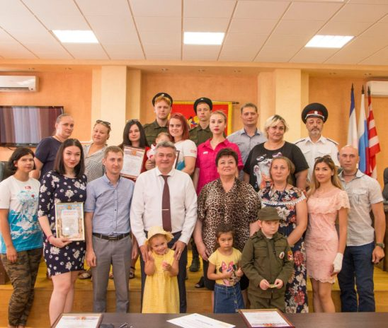 В Керчи наградили волонтеров, помогавших нуждающимся в условиях пандемии
