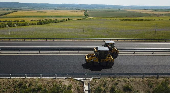 На участке «Тавриды» от Белогорска до Симферополя началась укладка верхнего слоя асфальтобетона