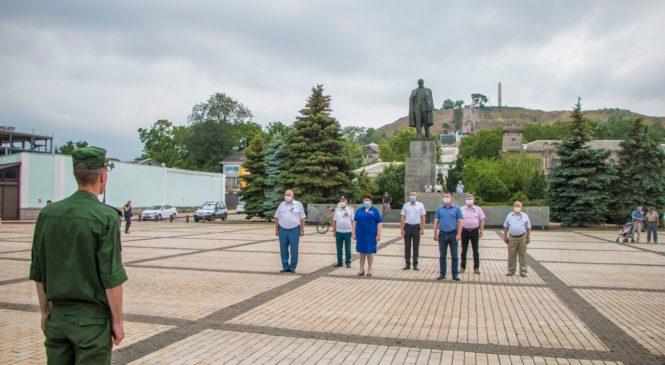 В Керчи на центральной площади торжественно подняли Государственный флаг Ко Дню России