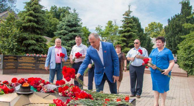 В преддверии Парада Победы Владимир КОНСТАНТИНОВ возложил цветы к Вечному огню в Сквере Славы