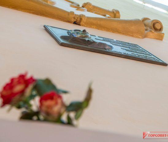 В Керчи открыта мемориальная табличка на доме, в котором жил бывший директор завода «Залив» Иван АЛЕКСЕЕВ