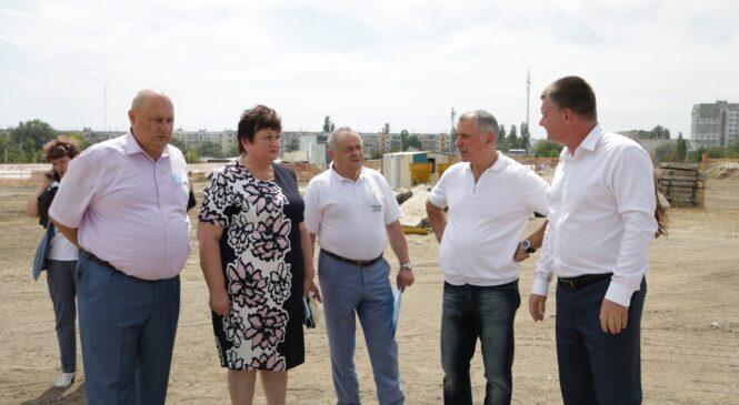 Владимир КОНСТАНТИНОВ осмотрел стройплощадку новой школы в районе Марат-1