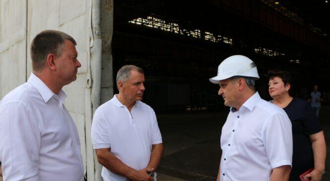 Спикер парламента республики наградил работников судостроительного завода «Залив»