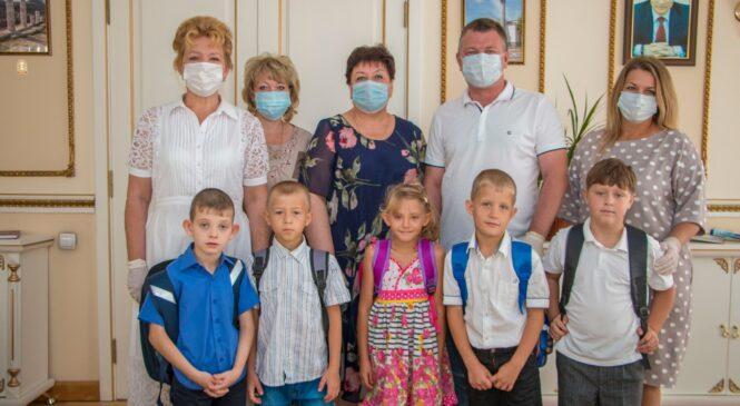 Руководство города собирает детей из социально-реабилитационного центра в школу
