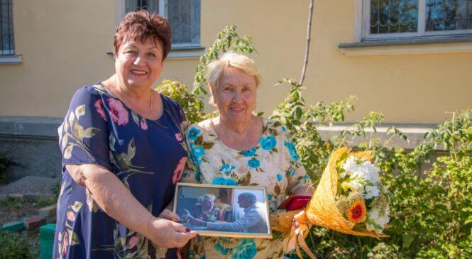 Глава муниципального образования вручила награду ветерану педагогического труда