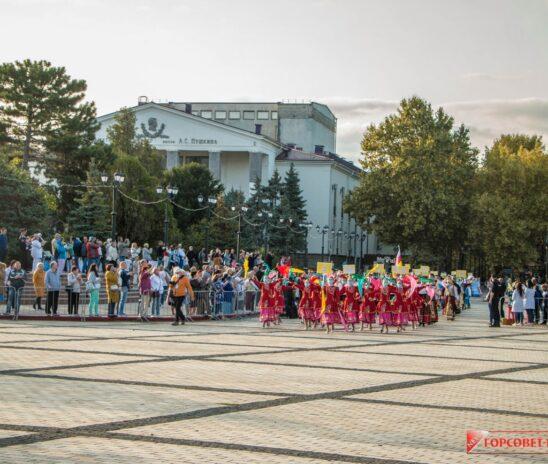 По центральной площади Керчи прошли участники фестиваля «Дружба народов»