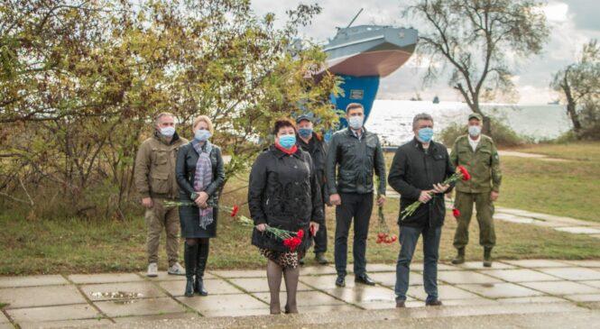 В Героевке возложили цветы к братским могилам в 77-ю годовщину начала Эльтигенского десанта