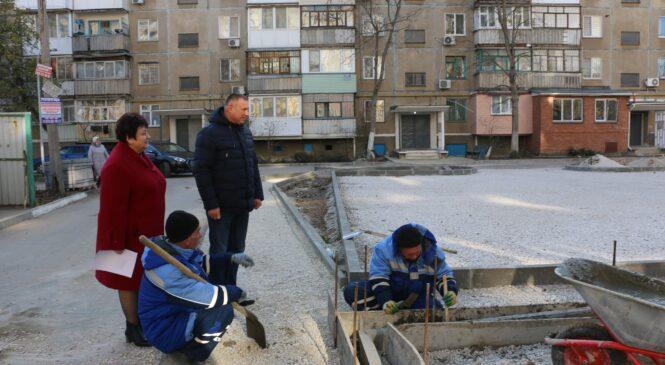 Руководство города осматривает работы по благоустройству дворов