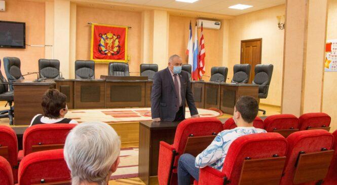 Ефим ФИКС наградил от имени Главы Республики Крым керченских медиков