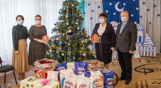 Руководство города накануне праздника привозит детям подарки и сладости
