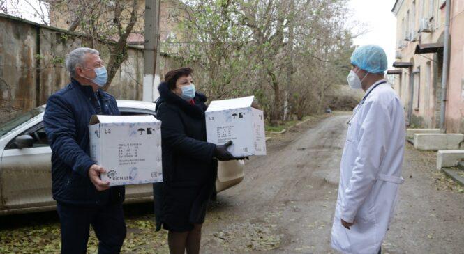 Депутаты горсовета поддерживают медиков в инфекционном отделении горбольницы