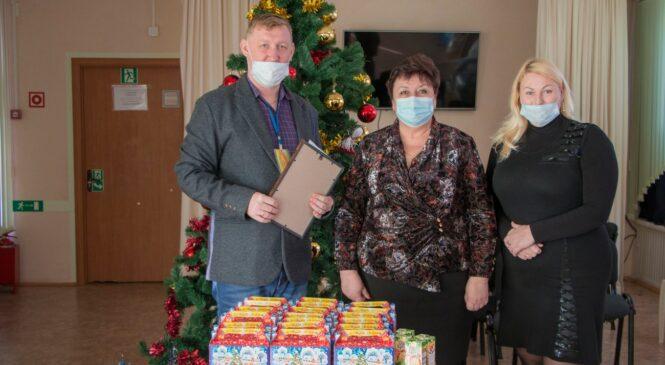 Ольга СОЛОДИЛОВА привезла подарки к Новому году для воспитанников социально-реабилитационного центра