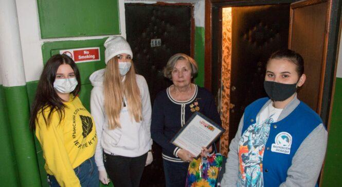 Волонтеры передали письма и подарки от руководства города блокадникам, проживающим в Керчи