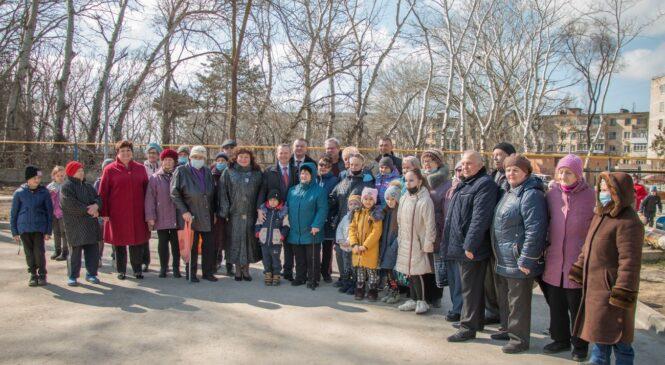 На улице Островского открыт обновлённый двор