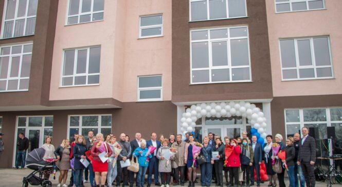 Переселенцы из аварийного жилья получили в Керчи ключи от новых квартир