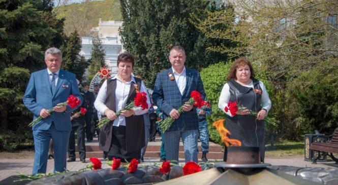 В Керчи возложили цветы к Вечному огню ко Дню Победы
