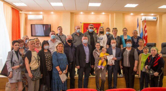 Еще несколько десятков керченских семей переселенцев из аварийного жилья получили ключи от новых квартир
