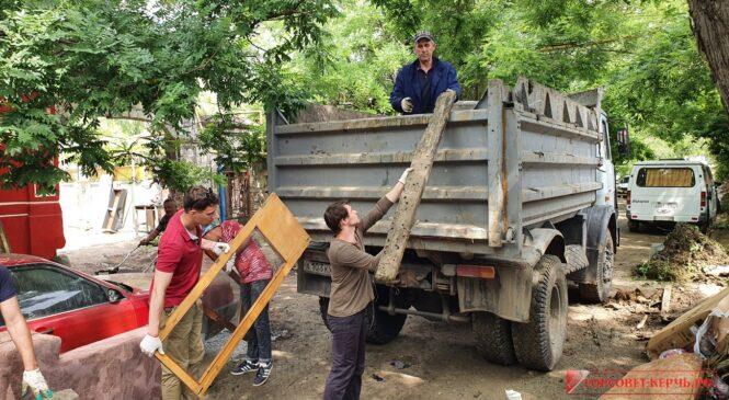 На субботнике убирают затопленные керченские улицы