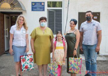 Депутаты помогают собрать детей социального центра в школу