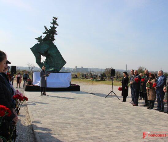 В годовщину трагедии в политехе в Керчи открыли мемориал в память о погибших